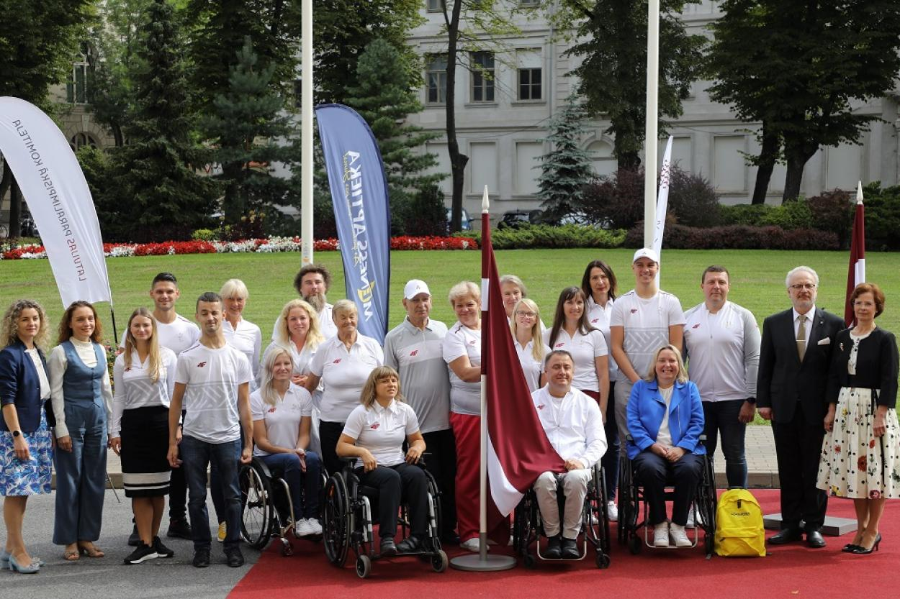Параолимпийцы вместе с президентом Эгилсом Левитсом.