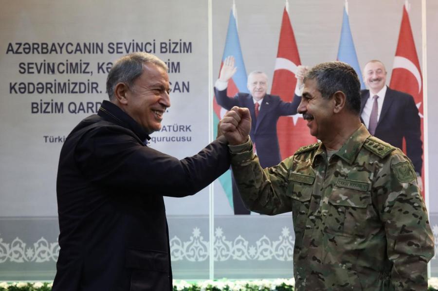 Генерал Хасанов (справа) принимает поздравления турецкого коллеги в связи с успехами азербайджанских войск в Карабахе.
