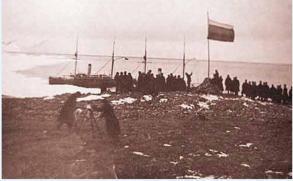 Подъем российского флага на Северной Земле 4 сентября 1913 года. Позади —