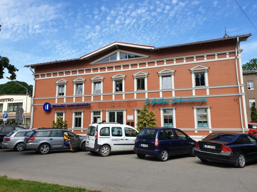 Когда-то вэтом здании вЮрмале (район Дубулты) был единственный филиал Swedbank. Теперь зияет только место отвывески слоготипом иобъявление «помещение сдаётся». Фото: BB.lv