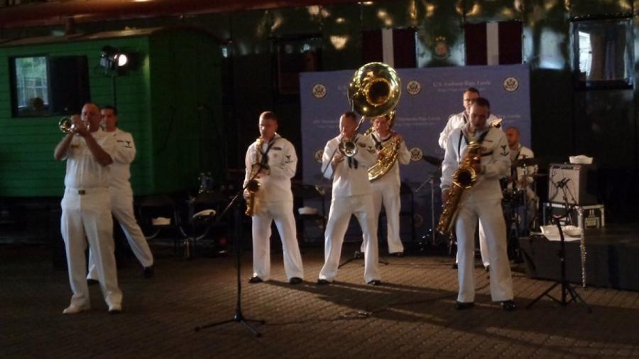 Десантировался оркестр морской пехоты, сыгравший навечеринке посольства США вЖелезнодорожном музее! (Фото автора)