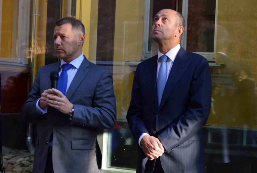 Атак три года назад выглядел мэр Риги Олег Буров (справа)— вовремя открытия школы вместе спослом Франции Стефаном Висконти.