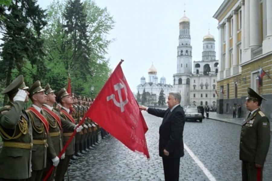 Ельцин трогает красное знамя Победы