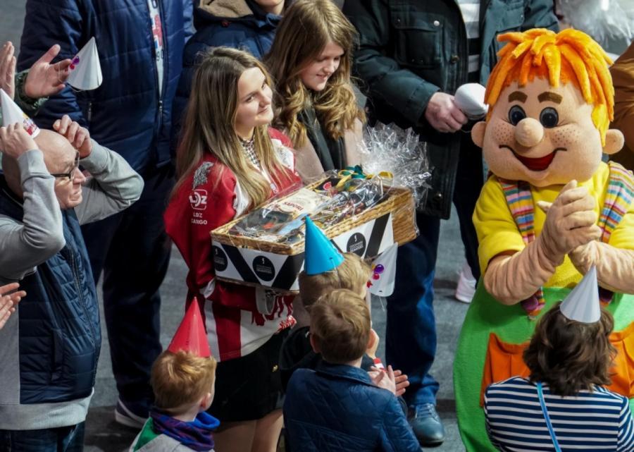 Одна из добрых традиций на матчах «Динамо» — чествование юбиляров прямо во время игры, когда им вручаются вкусные подарки.