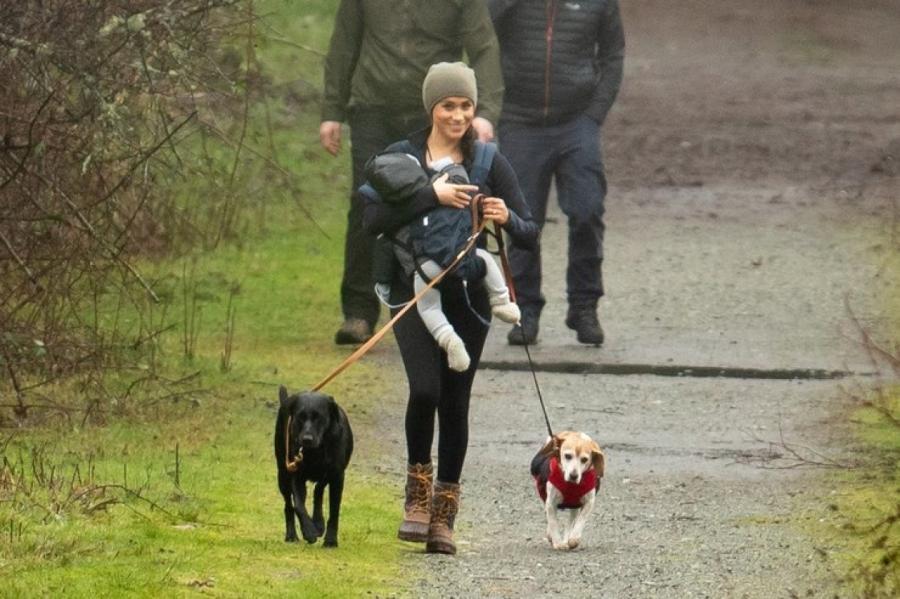 Меган Маркл гуляет с сыном Арчи в окрестностях своего дома в Канаде Legion-Media
