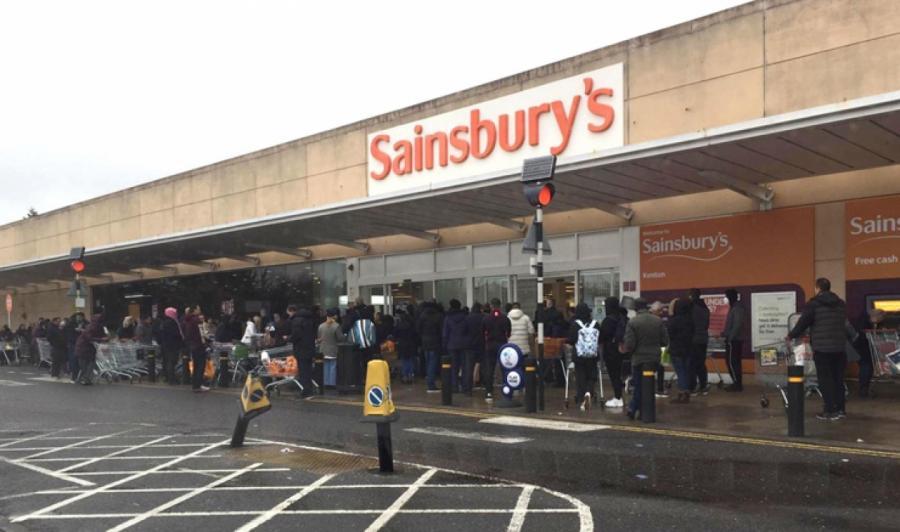 Днем британцы штурмуют магазины Legion-Media
