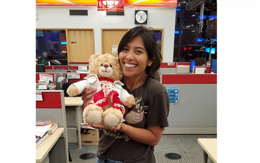 Мара Сориано с найденным медведем  ФОТО: GETTYIMAGES, TWITTER