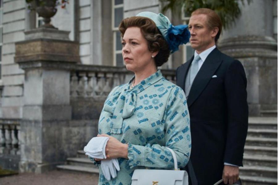 Оливия Колман в роли королевы Елизаветы II с сумкой Launer  INSTAGRAM.COM/ITSOLIVIACOLMAN