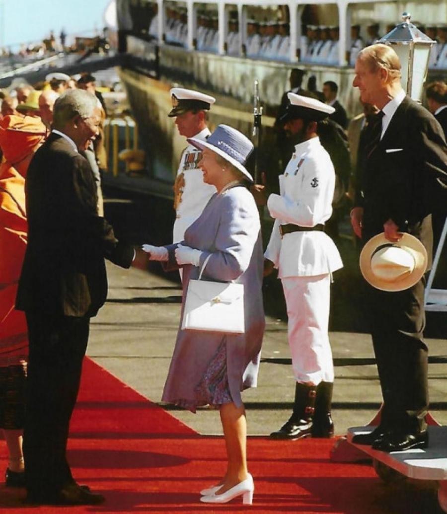 Елизавета II с сумкой Launer на встрече с Нельсоном Манделой, 1995 год  INSTAGRAM.COM/THEROYALFAMILY