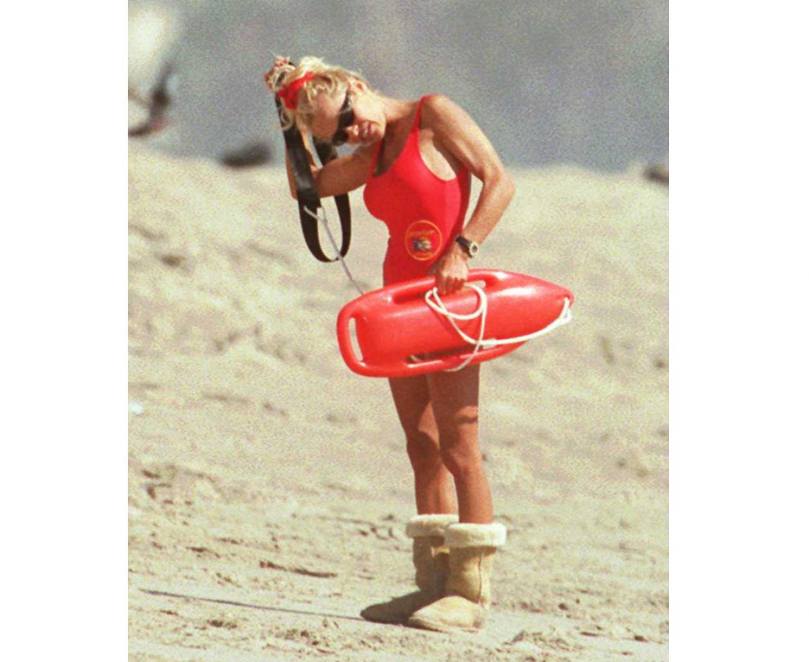 Памела Андерсон на съемках «Спасателей Малибу», 1995 год JAMES AYLOTT / GETTY