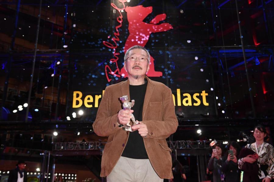 Режиссер Хон Сан Су с «Серебряным медведем» за режиссуру фильма «Женщина, которая убежала» но 70-м Берлинском кинофестивале GETTYIMAGES