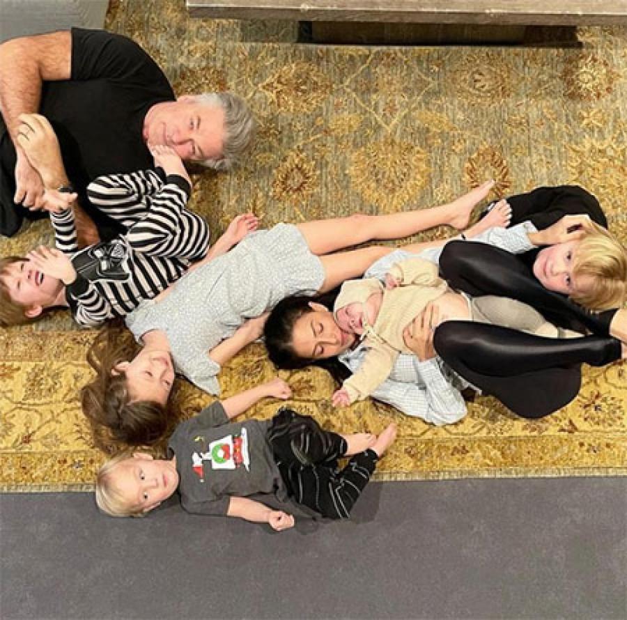Хилария и Алек Болдуин с детьми, февраль 2021 года  ФОТО: INSTAGRAM