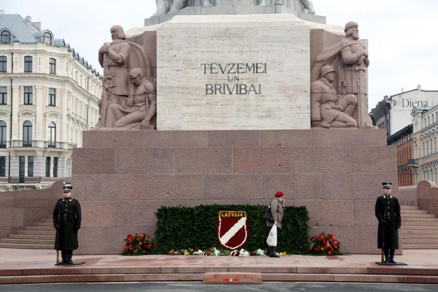 Памятник украшен, но скромно.