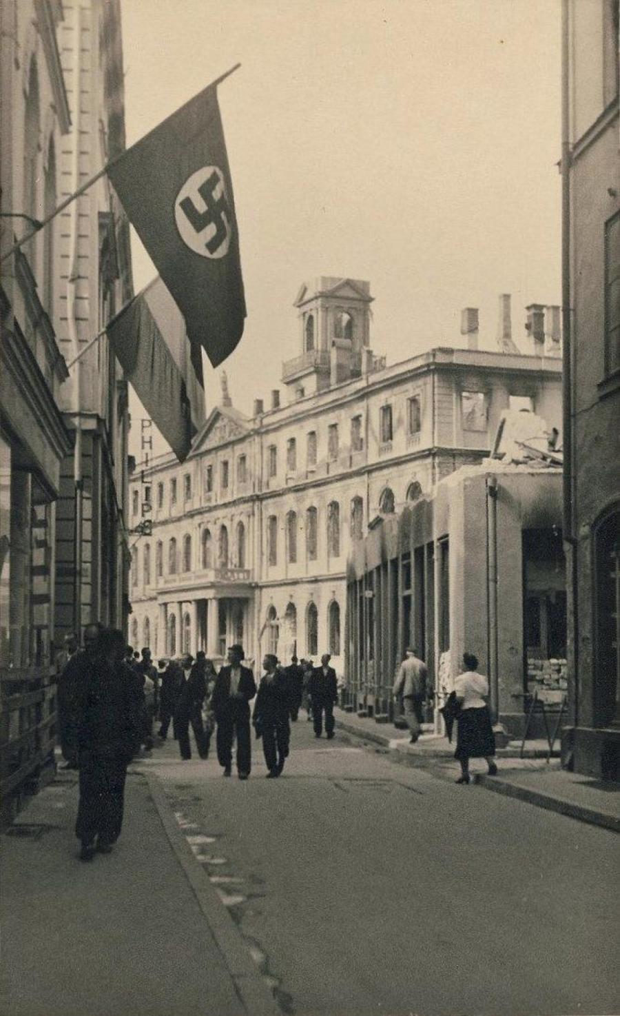 В Риге неожиданно нашлось много флагов со свастикой.