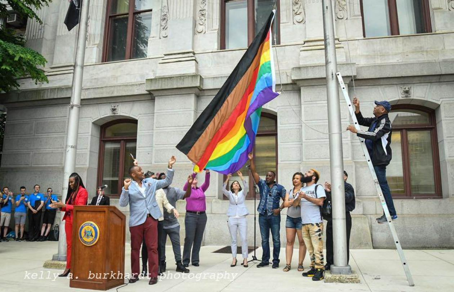 Новый флаг с учётом идеологии BLM представили в Филадельфии, США, скриншот: youtube.com